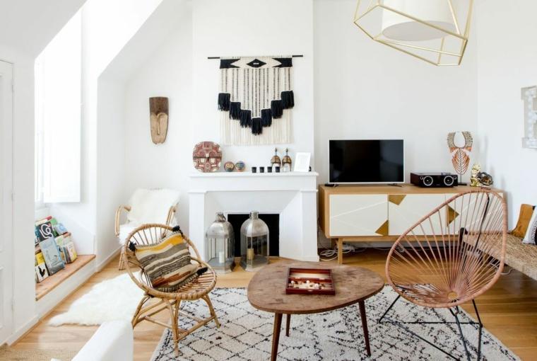 salotto con camino a legna set poltrone di rattan e tavolino pavimento legno con tappeto stile nordico