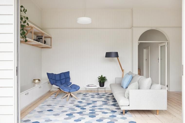 salotto con divano in tessuto bianco mobili stile nordico pavimento parquet con tappeto colorato
