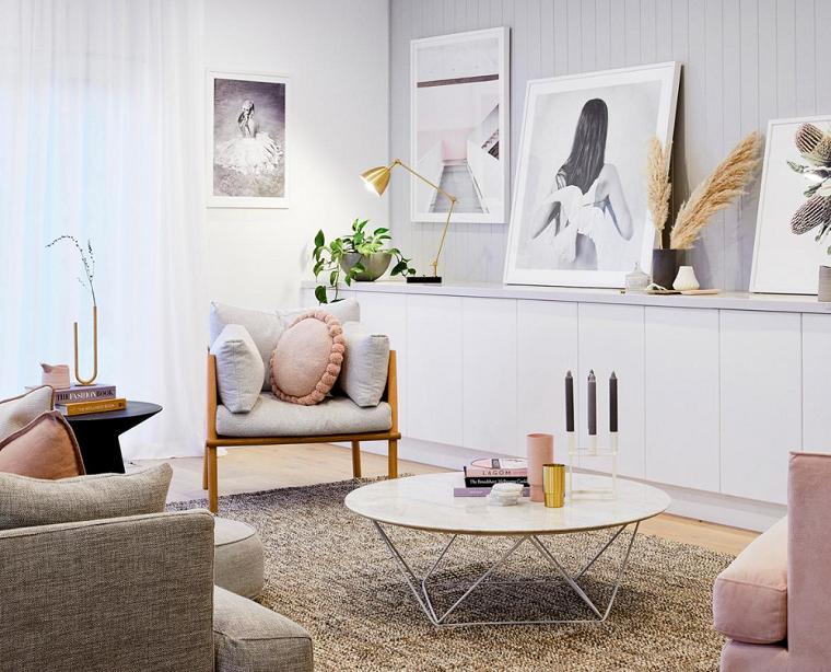salotto con pareti grigie decorazione mobili con quadri poltrona di legno con cuscini colorati