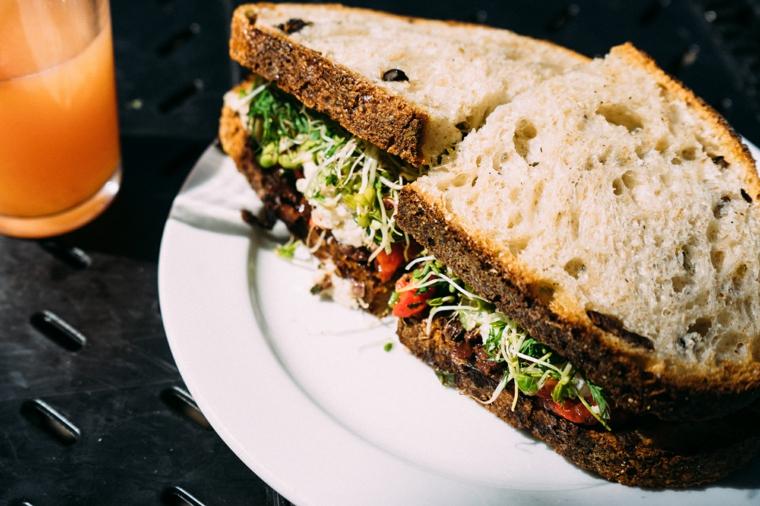 sandwich con pane rustico e verdure piatto per pranzo veloce