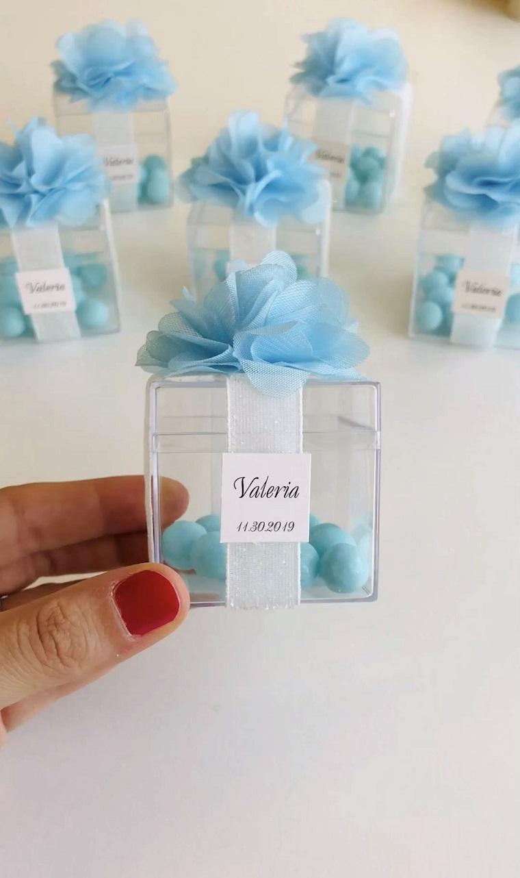 scatola di plastica trasparente con confetti azzurri bomboniere simpatiche per battesimo
