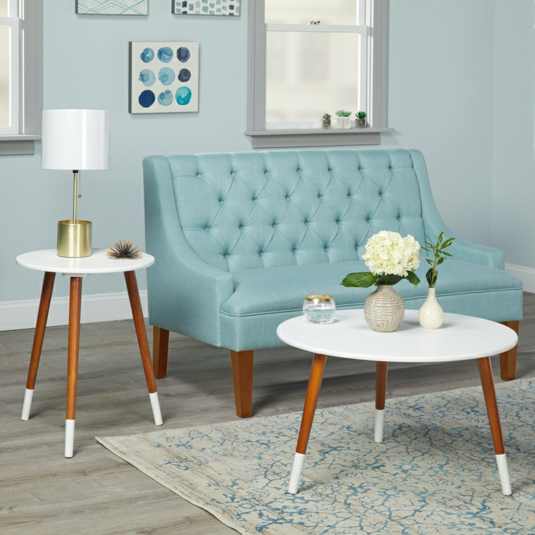 soggiorno stile nordico divano due posti tavolini rotondi con superficie bianca