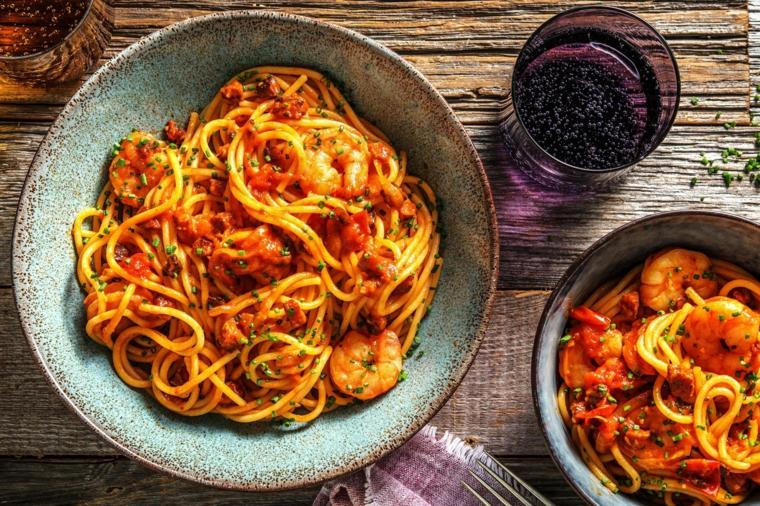 spaghetti al pomodoro con gamberetti e salame chorizo bicchiere di acqua