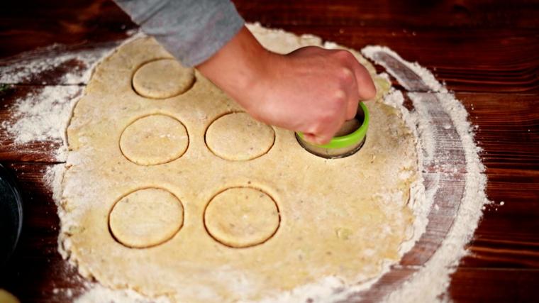 stendere impasto per bocconcini di patate ripiene formare dei dischetti