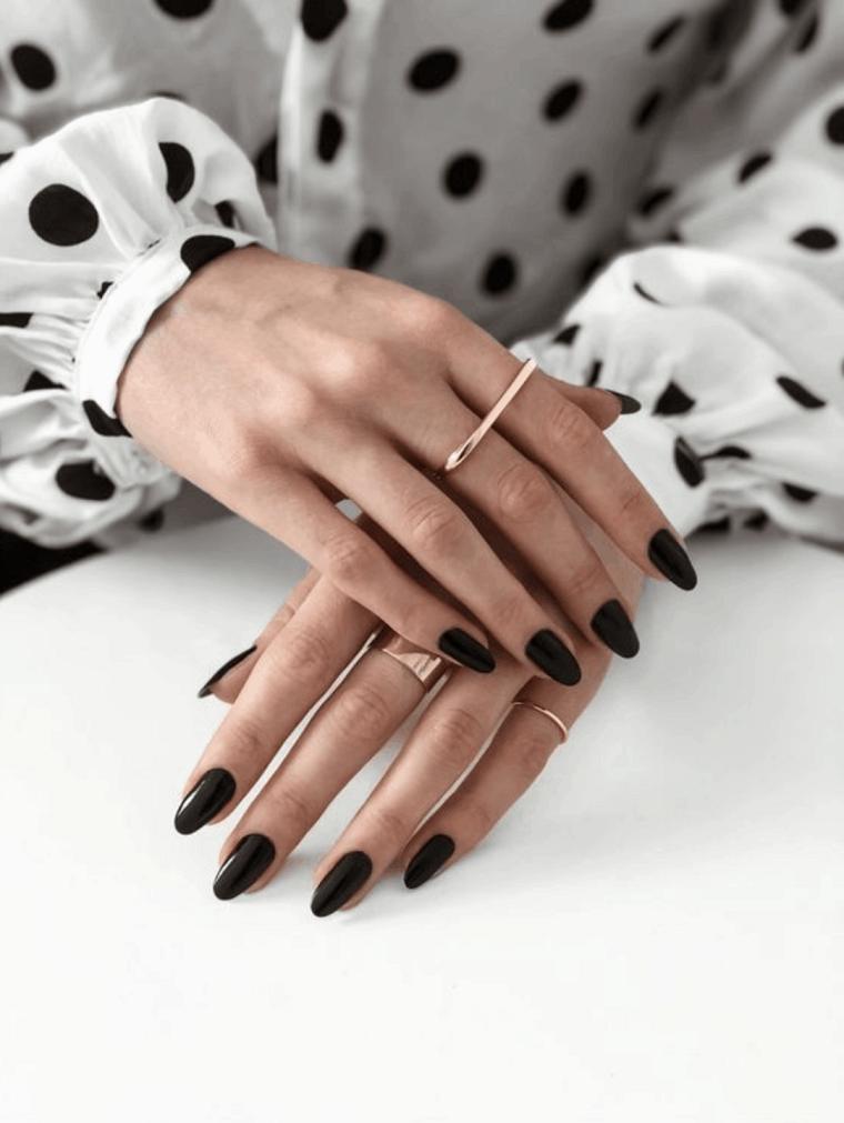 stiletto con smalto gel colore nero colori unghie inverno 2020 camicia bianca a pois nere