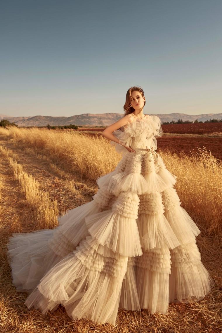 stilisti abiti da sposa donna con vestito da matrimonio in tulle colore bianco sporco