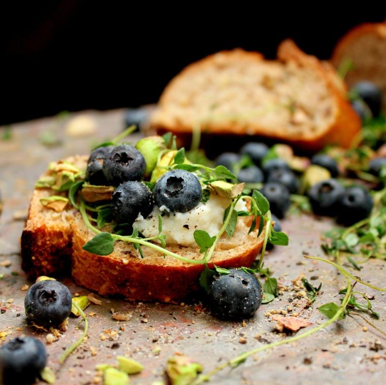 stuzzichini veloci per aperitivo in casa fette di pane integrale con mirtilli
