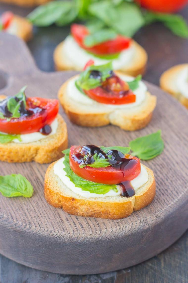 stuzzichini veloci senza cottura fette di baguette con formaggio spalmabile e pomodorini