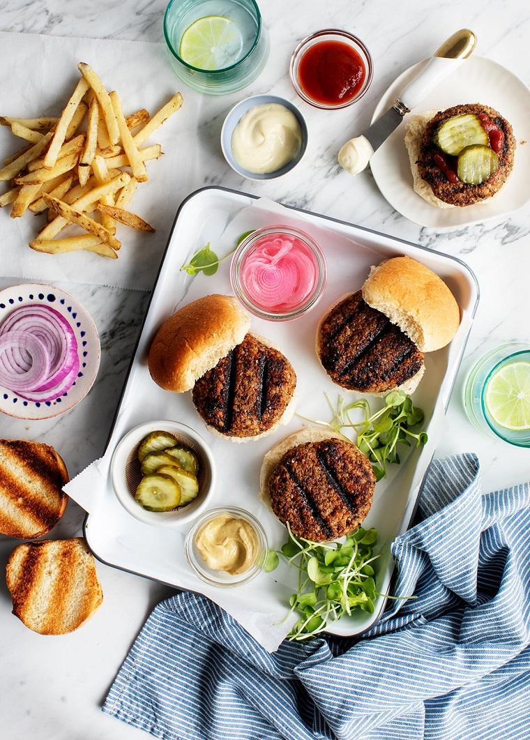 teglia con burger e panini cosa preparare per pranzo ciotole con cetriolini e salsa di pomodoro