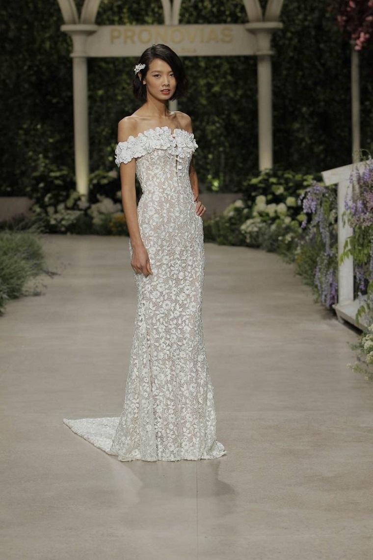 tendenze vestiti da sposa 2021 abito bianco stretto donna con capelli raccolti