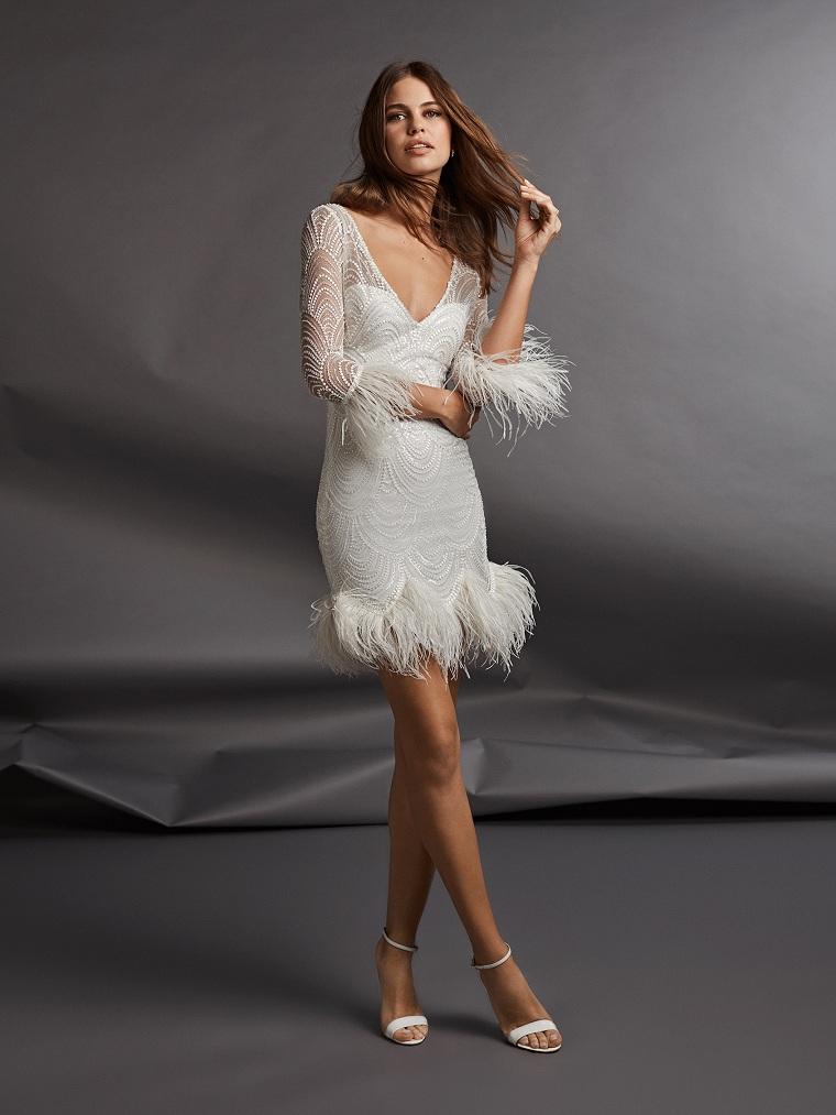 tendenze vestiti da sposa abito bianco corto con piume capo da cerimonia manica lunga