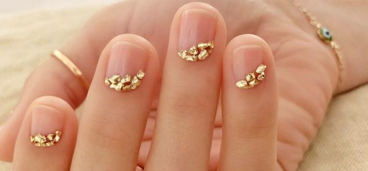 unghie autunno inverno 2020 2021 decorazione base trasparente con pezzettini in oro