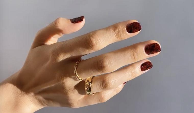 unghie con smalto semipermanente e idee colore bordeaux disegni linee