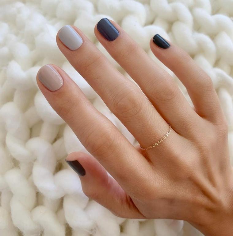 unghie con smalto semipermanente e idee manicure corta colore beige blu