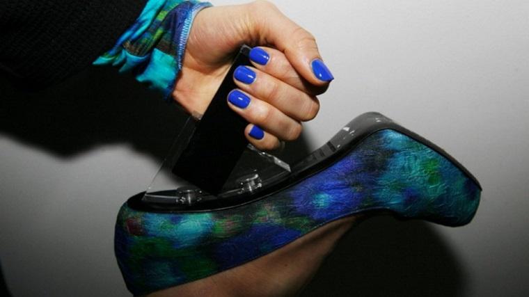 unghie corte di colore blu scarpe colorate con tacco abbinamenti colori invernali
