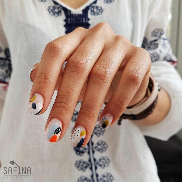 unghie gel con disegni particolari forma mandorla macchie smalto colorato