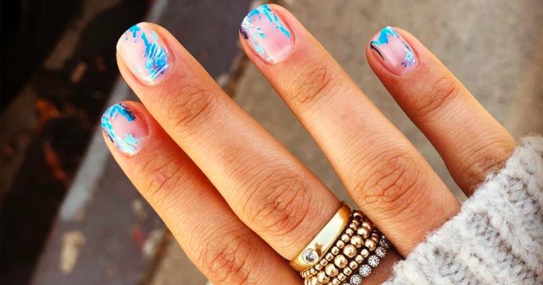unghie gel con disegni particolari smalto base trasparente con macchie colorate