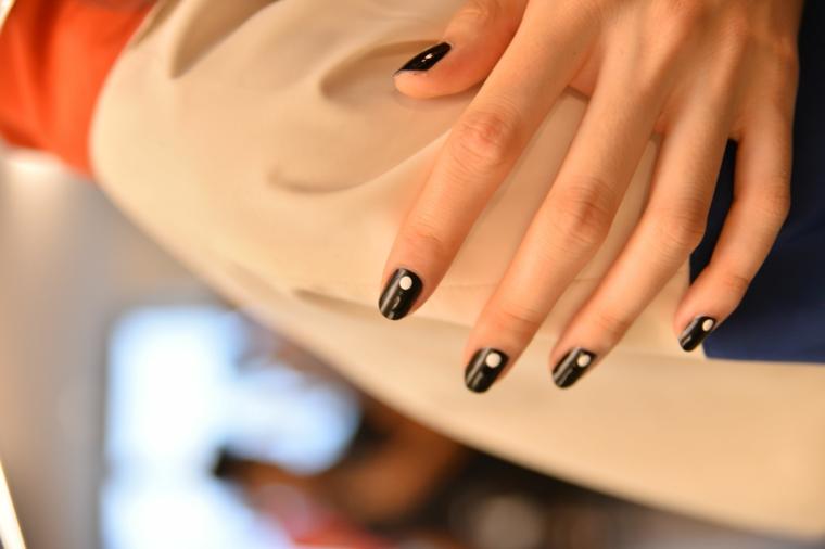 unghie inverno 2020 colori manicure a mandorla dipinte di nero con puntino bianco