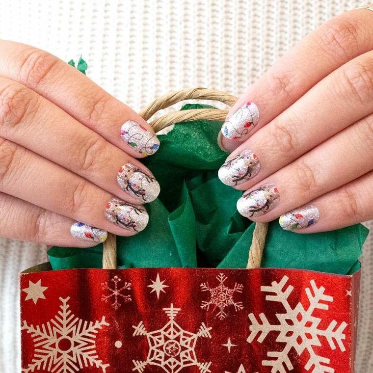 unghie natalizie 2020 manicure a mandorla con disegni di renne natalizie su base smalto bianco