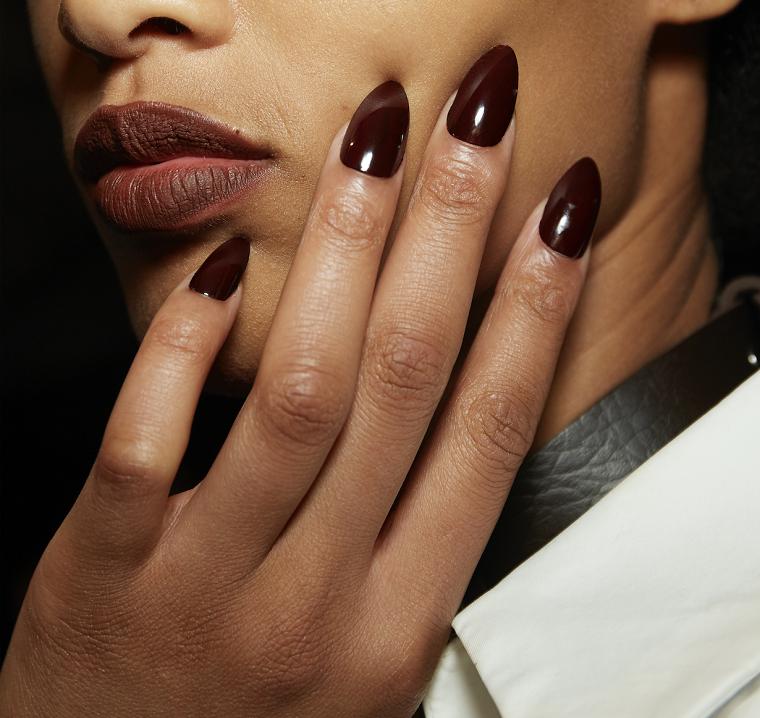 unghie natalizie 2020 manicure stiletto con smalto gel colore bordeaux