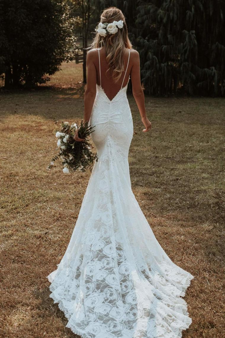 vestito da sposa bianco pizzo acconciatura da matrimonio con rose bianche