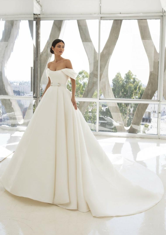 vestito da sposa stile principessa abiti da sposa 2021 tendenze donna con capelli raccolti