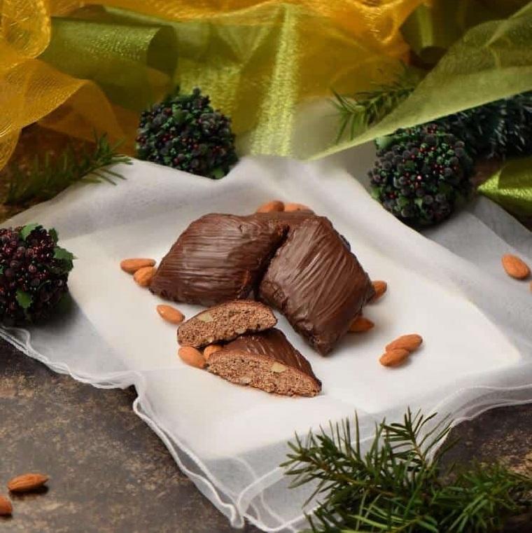 mostaccioli dolci natalizi napoletani biscotti di cioccolato fondente e mandorle