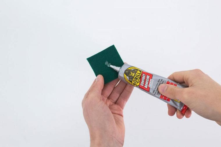 addobbi albero di natale 2020 mettere la colla su pezzo di feltro verde