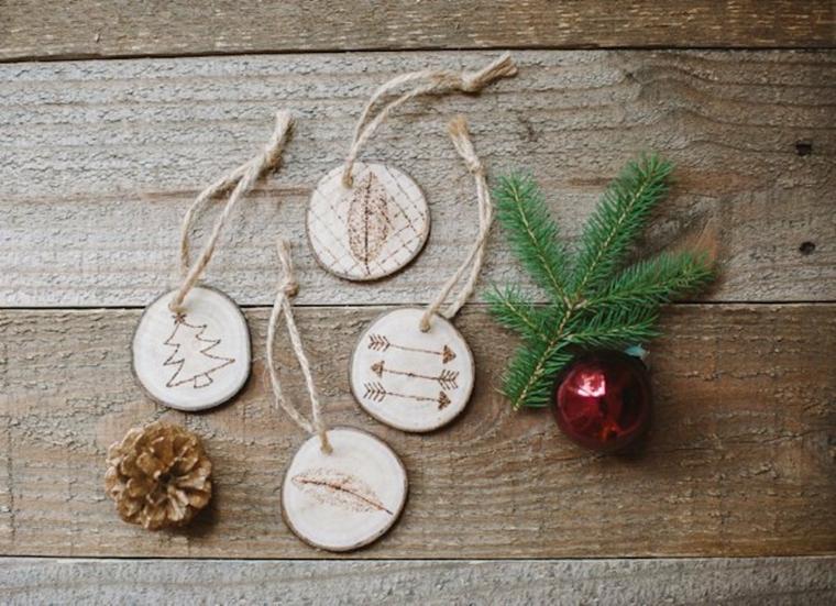addobbi albero di natale fai da te dischetti di legno con incisioni simboli natalizi