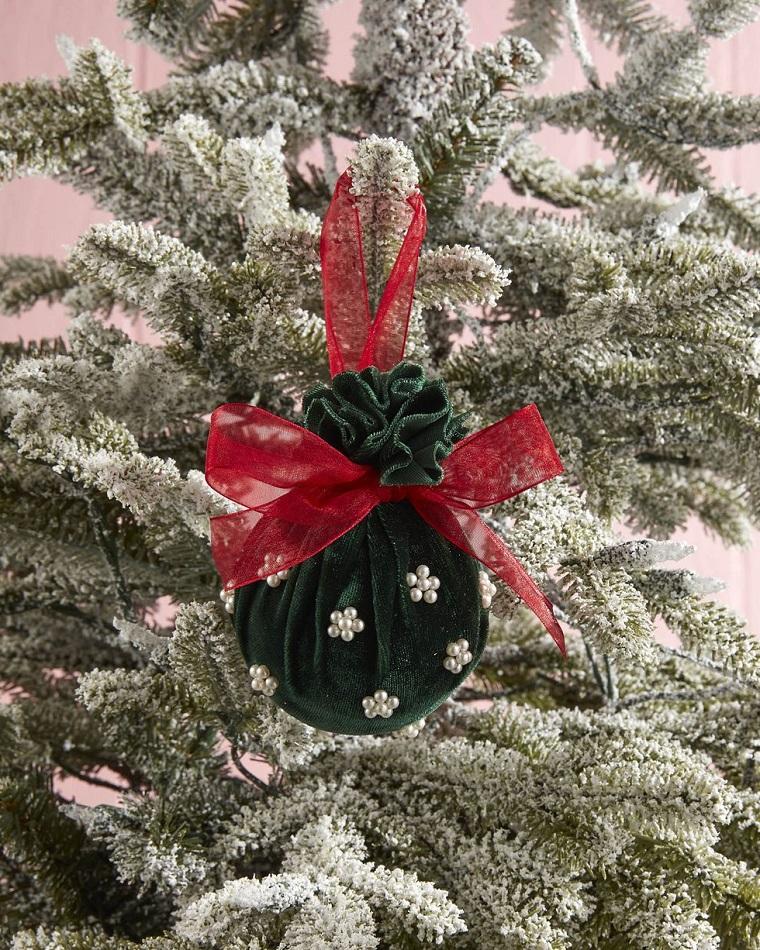 addobbi albero di natale fai da te pallina di velluto verde legata con fiocco rosso