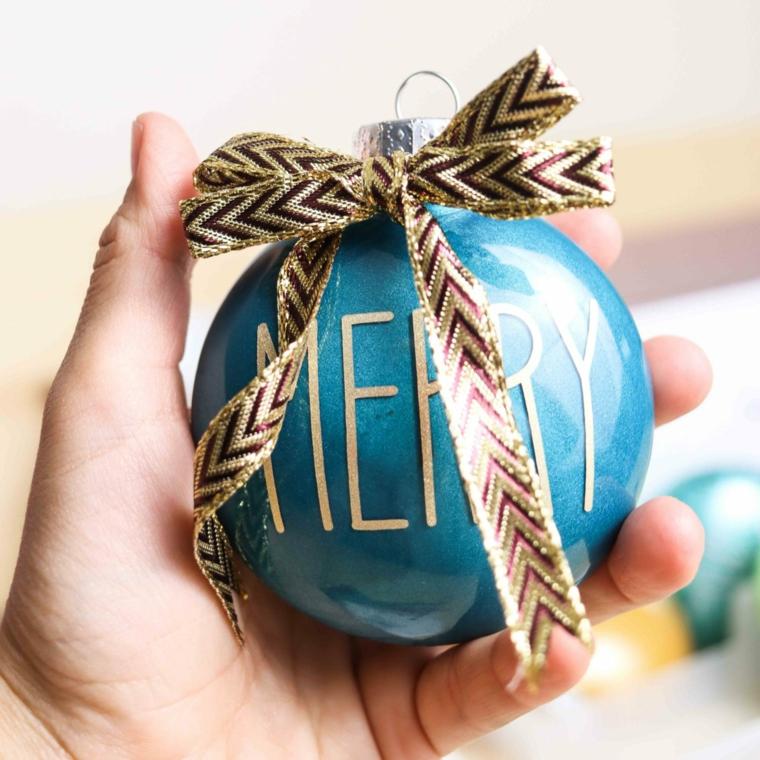 addobbi natalizi 2020 fai da te pallina dipinta di blu con scritta merry e fiocco