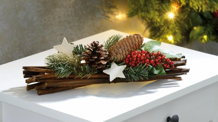 addobbi natalizi con pigne centrotavola con rametti secchi e bacche rosse finte