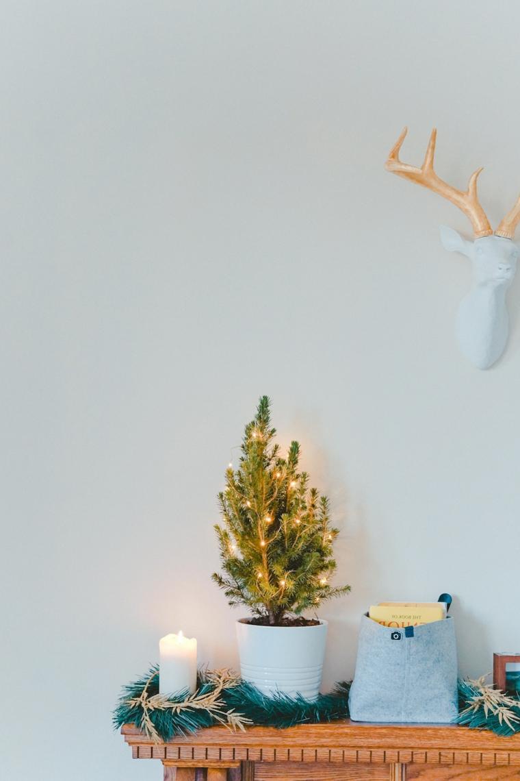 addobbi natalizi fai da te 2020 vaso con mini alberello decorato con filo di lucine