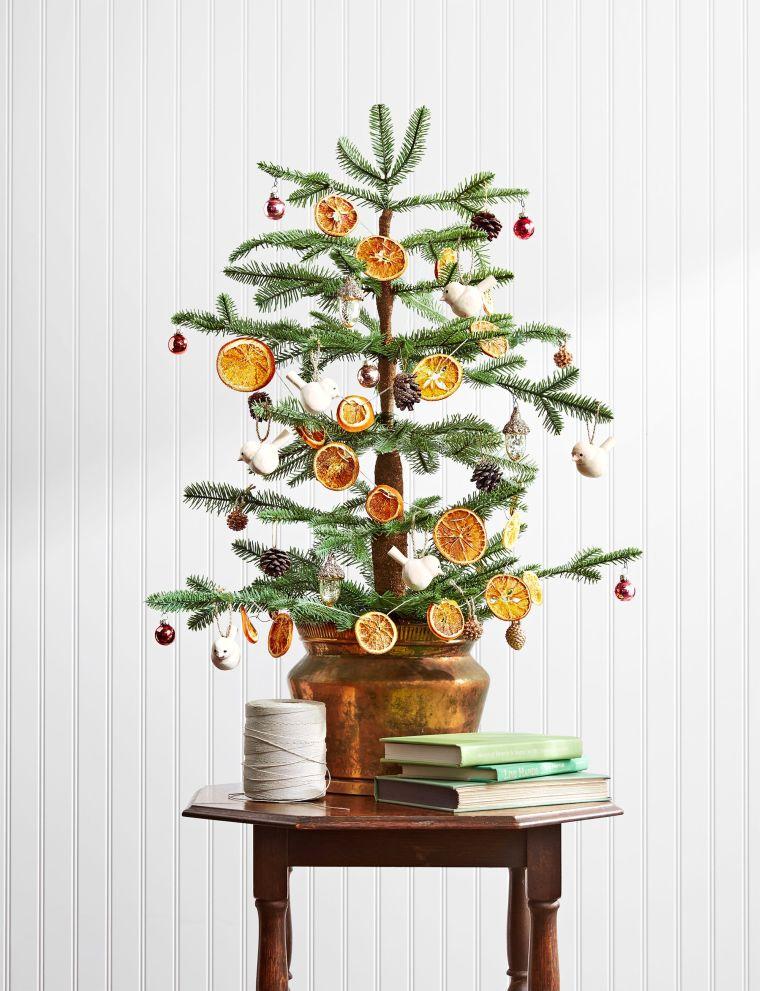 alberelli di natale fai da te rametti verdi decorati con fette di arance secchi