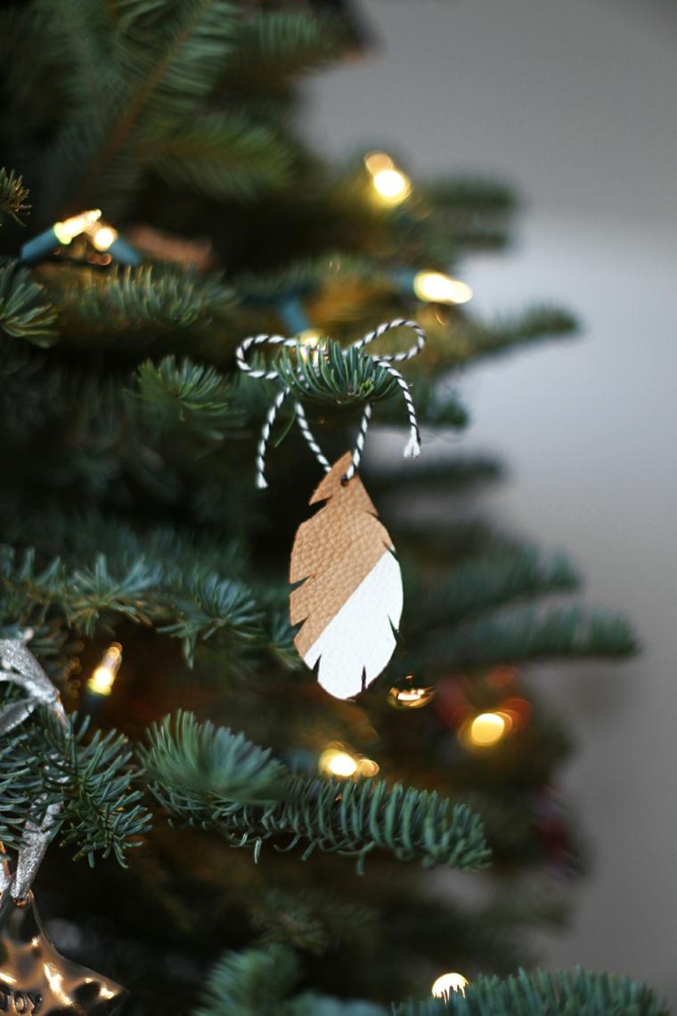 alberi di natale addobbati bellissimi ornamenti a froma di foglia dipinta di bianco