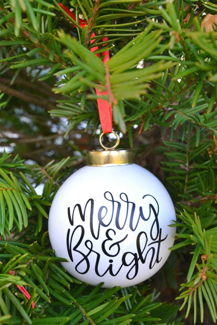 alberi di natale addobbati bellissimi pallina bianca con scritta appesa ad un ramo
