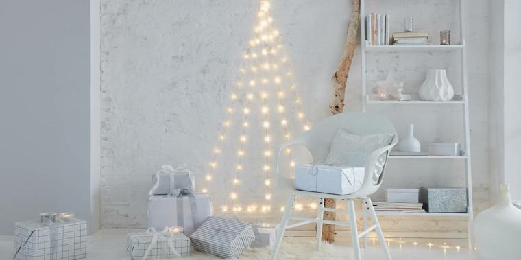 alberi di natale addobbati cameretta con fili di lucine sulla parete bianca