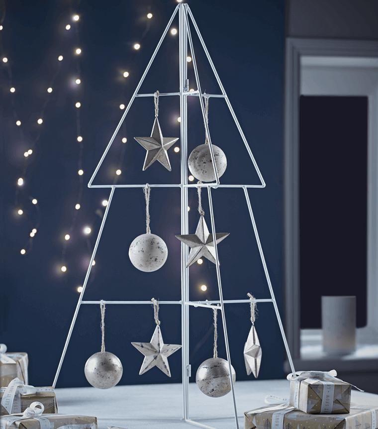 alberi di natale addobbati eleganti struttura di metallo con palline e stelline