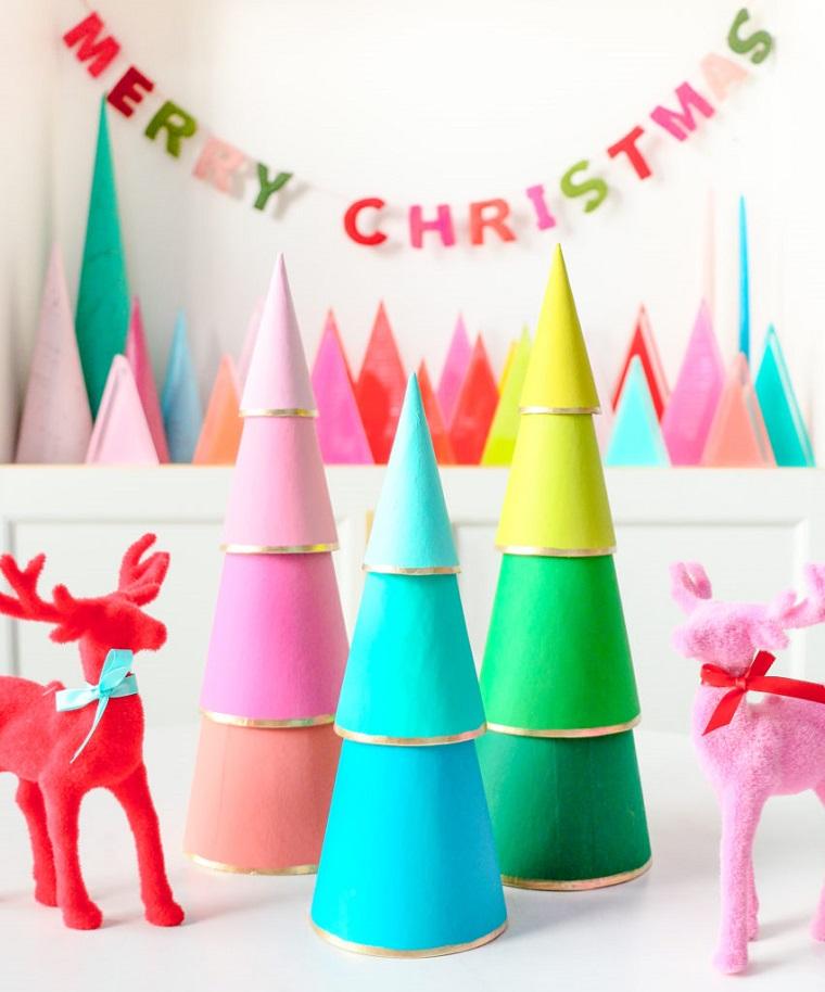 alberi di natale alternativi coni di carta dipinti decorazione con renne di polistirolo colorate