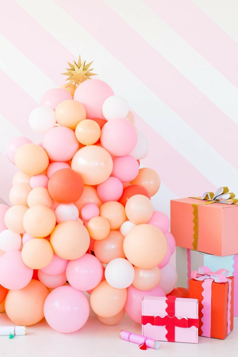 alberi di natale alternativi palloncini colorati gonfiati accanto scatole di regali