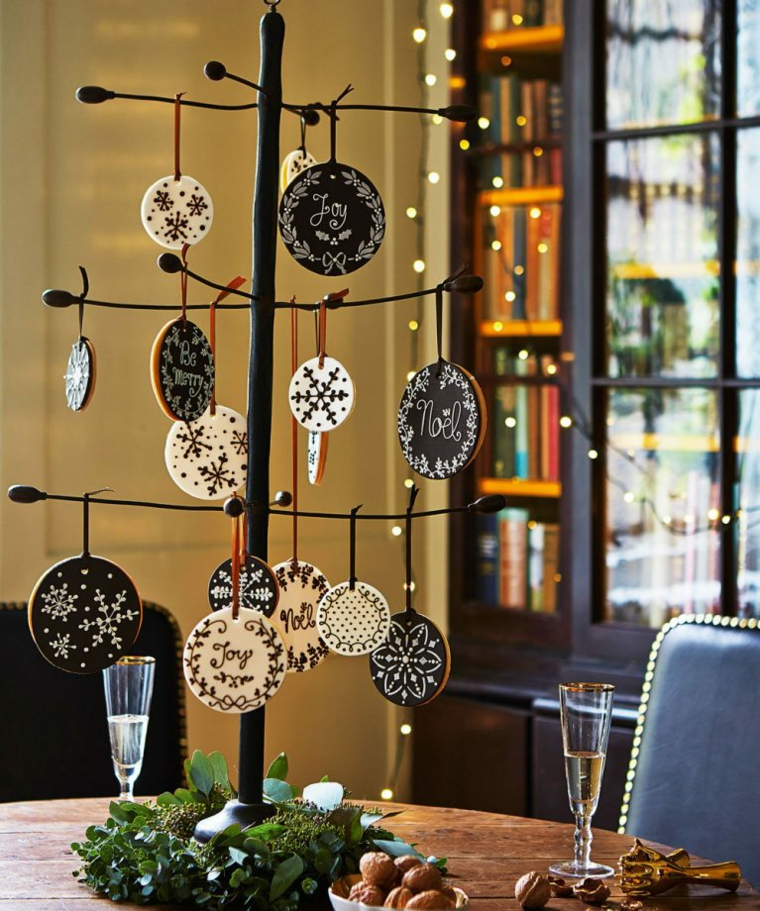 albero di natale alternativo come centrotavola rametti con decorazioni di legno personalizzate