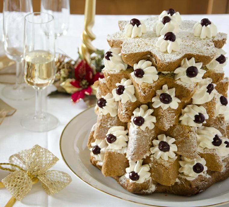 albero di pandoro con panna montata dolci natalizi tipici italiani tavola natalizia apparecchiata