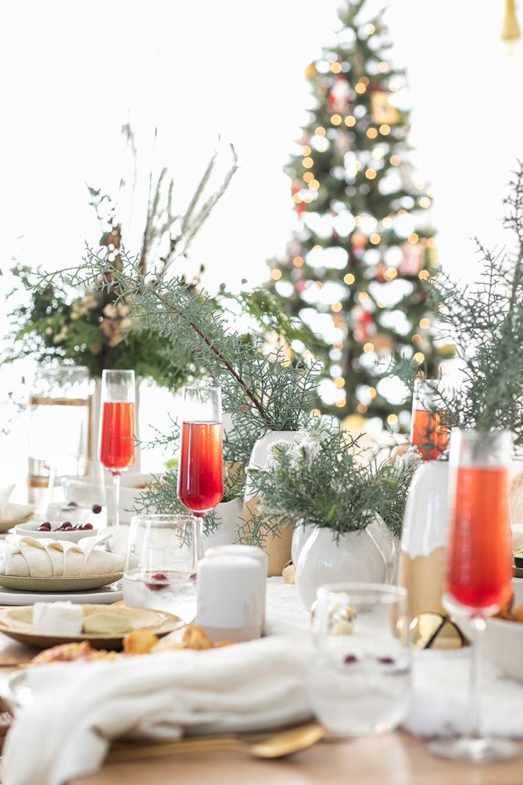 apparecchiare tavola natalizia centrotavola con rametti calici con bevande