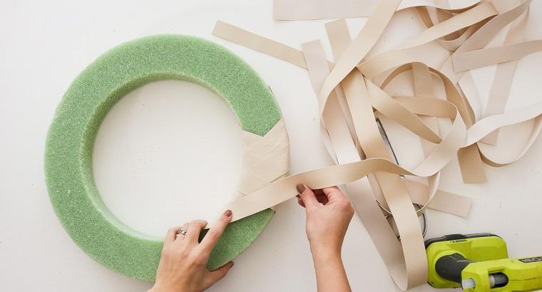 avvolgere un annello di spugna con strisce di carta beige tutorial per creare corona natalizia
