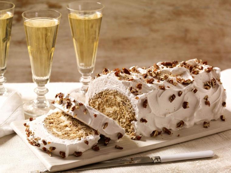 bicchieri con spumante tronchetto natalizio con panna montata e granelli di cioccolato