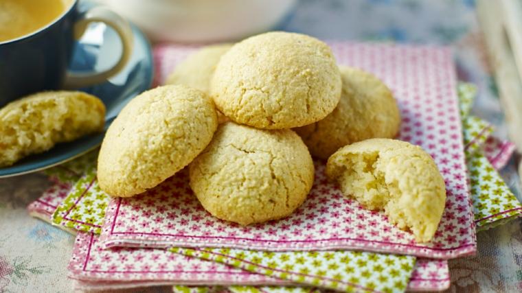biscotti amaretti classici tovaglioli colorati dolci di natale facili da fare in casa