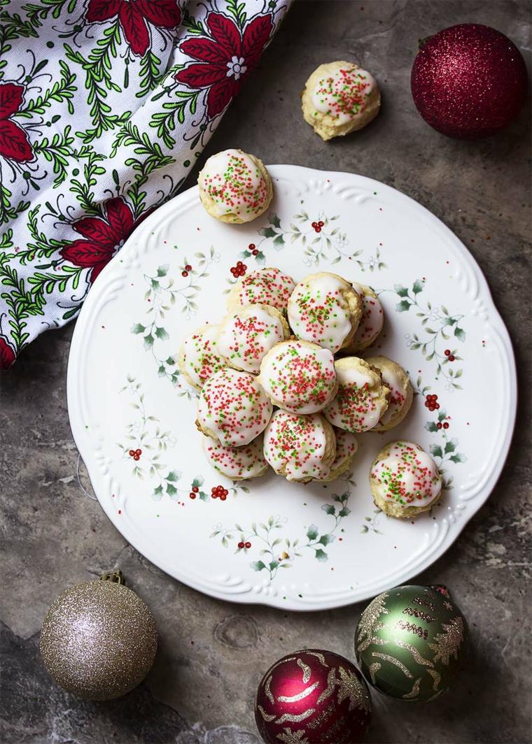 biscotti natalizi al limone e ricotta decorazioni di natale con palline colorate