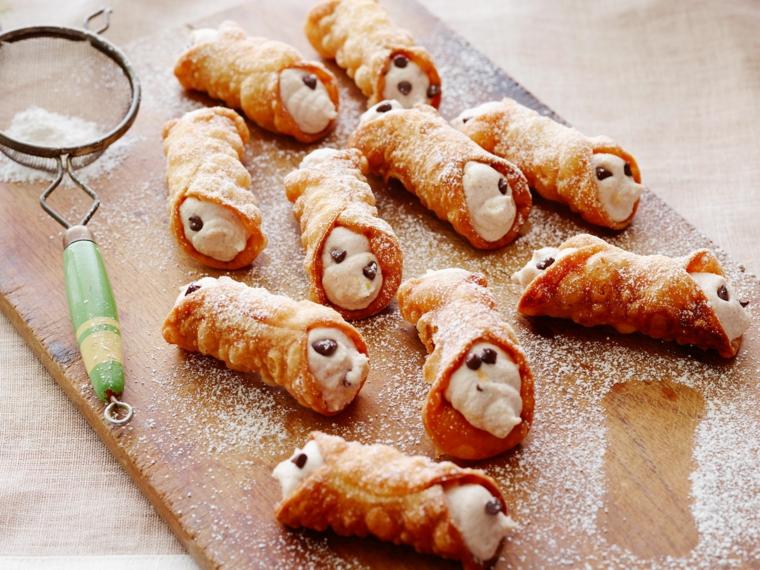 cannoli ricoperti con zucchero a velo dolce italiano decorato con pezzi di cioccolato