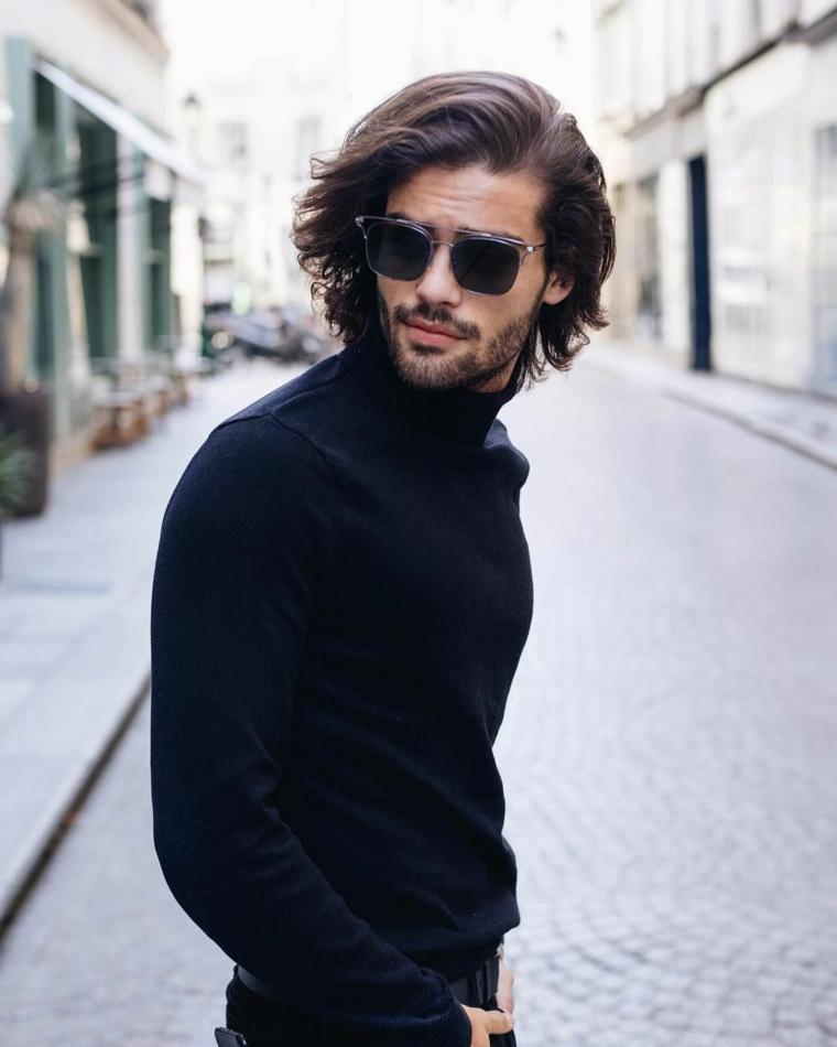 capelli sfumati uomo ragazzo con occhiali da sole abbigiamento uomo casual