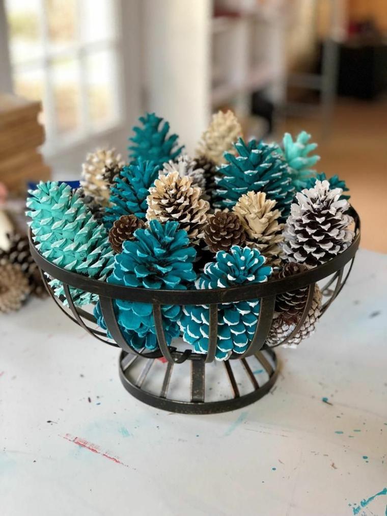 centrotavola con le pigne cestino di metallo con pigna colorata di blu